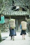 Dwa mniejszości etnicznej kobieta na drodze Zdjęcia Royalty Free