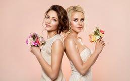 Dwa moda modela z kwiatu bukieta piękna portretem, Piękny kobiety studia strzał z róża kwiatem w włosy zdjęcie royalty free