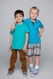 Dwa moda uśmiecha się małych przyjaciół zdjęcia stock
