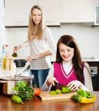 Dwa młodej kobiety gotuje coś Zdjęcie Stock