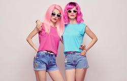 Dwa modniś dziewczyny, menchii mody fryzury przytulenie Fotografia Royalty Free