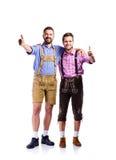 Dwa modnisia mężczyzna w tradycyjnym bavarian odziewają, studio strzał Obrazy Royalty Free