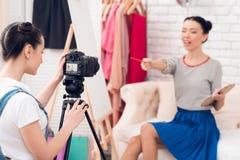 Dwa mody blogger dziewczyny podtrzymywali muśnięcie i paletę z jeden dziewczyną za kamerą zdjęcia royalty free