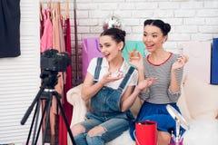 Dwa mody blogger dziewczyny podtrzymywali pachnidło kamera zdjęcie royalty free