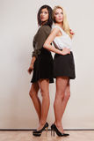 Dwa mody kobiety afrykanin i caucasian pozować Zdjęcia Stock