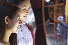 Dwa młodych kobiet nadokienny zakupy Obrazy Royalty Free