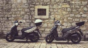 Dwa Mopeds przed ścianą Zdjęcia Royalty Free