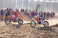 Dwa motocyklu kopie up ślad pył na piaska śladzie podczas ral Obraz Royalty Free