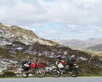 Dwa motorowego cyklu w Śnieżnych górach Obraz Stock
