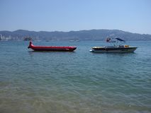 Dwa motorowej łodzi używać dla łowić i turystyczna wycieczki zatoki oceanu spokojnego krajobraz w ACAPULCO w MEKSYK obrazy royalty free
