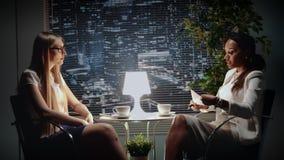 Dwa multiracial biznesowej kobiety opowiada biznesu kontrakt zbiory wideo