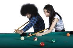 Dwa multiracial ludzie bawić się billiards Obrazy Royalty Free