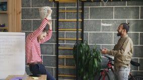 Dwa multiracial mężczyzna zabawę bawić się meczu koszykówki miotania papier w banialuka koszu w nowożytnym biurze zbiory