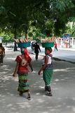 Dwa murzynki niosą towary na ich głowach Zdjęcie Royalty Free