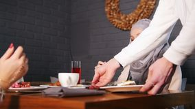 Dwa muzułmańskiej kobiety siedzi przy stołem w restauracji Kelner przynosi rozkaz zdjęcie wideo