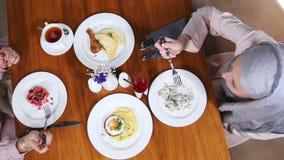 Dwa muzułmańskiej kobiety siedzi w restauracji Talerze z prostymi naczyniami zbiory wideo