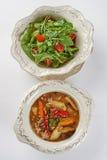 Dwa naczynia na talerzach Słuzyć Simultaneouly Obraz Royalty Free