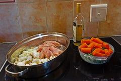 Dwa naczynia z składnikami dla kurczak potrawki fotografia royalty free
