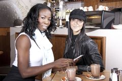 Dwa najlepszego przyjaciela przy Coffeeshop opowiadać Obraz Royalty Free