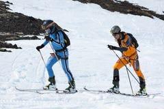 Dwa narciarskiego alpinisty wspinają się na górze na nartach troczyć wspinaczkowe skóry Zdjęcia Royalty Free