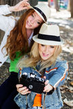 Dwa nastolatków dziewczyna bierze selfe z kamerą Fotografia Royalty Free