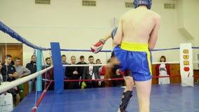 Dwa nastolatka w ringowych ciosach od each inny zdjęcie wideo