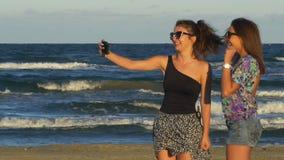 Dwa nastoletniej dziewczyny cieszy się pięknego letniego dzień i ma wideo wzywali mądrze telefon zbiory wideo