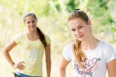 Dwa nastoletniej dziewczyny w naturze obrazy royalty free