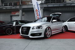 Dwa nastrajali samochody, srebnego Audi S3 i czarnego Volkswagen Corrado, Obrazy Royalty Free