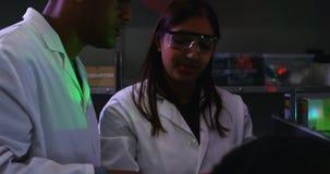 Dwa naukowa dyskutuje nad cyfrową pastylką 4k zdjęcie wideo