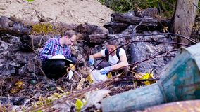 Dwa naukowa ekologa pracuje na miejscu dokąd las palił puszek zdjęcie wideo