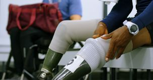 Dwa niepełnosprawna atletyka relaksuje w odmienianie pokoju 4k zdjęcie wideo