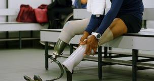 Dwa niepełnosprawna atletyka relaksuje w odmienianie pokoju 4k zbiory wideo