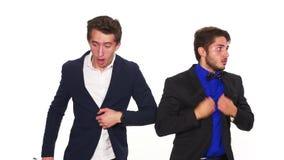 Dwa niespokojnego okaleczającego faceta poci się ciężkiego oddychanie i ma - studio strzał zdjęcie wideo