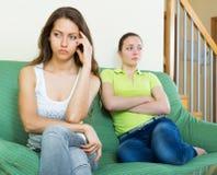 Dwa nieszczęśliwa kobieta ma konflikt zdjęcia royalty free