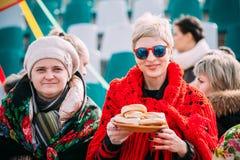 Dwa niewiadomej pięknej kobiety w krajowym ludzie odziewają przy Celebrat obrazy royalty free