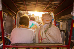 Dwa niezidentyfikowanego mężczyzna jedzie na riksza Zdjęcia Royalty Free
