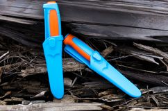 Dwa noża w plastikowym sheath Ciepły i zimny brzmienie obrazy stock