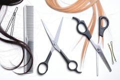 Dwa nożyce i grzebieniowego fryzjer męski z włosy wierzchołkiem Zdjęcia Royalty Free