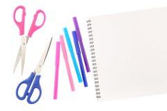 Dwa nożyce pięć filc porady piór w menchiach, kolory i pusty sketchbook odizolowywający na białym tle, błękita i purpur, Przestrz zdjęcia stock