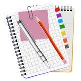 Dwa notatnika, białego pióro i czerwień ołówek, Zdjęcia Royalty Free