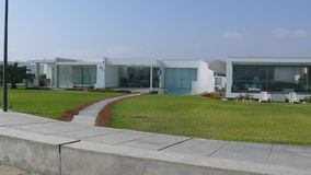 Dwa nowożytnego lato domu przy południe Lima Obrazy Stock