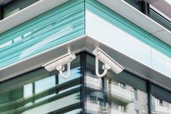 Dwa nowożytnej cctv kamery bezpieczeństwa na nowożytnej budynek fasadzie zdjęcia royalty free