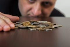 Dwa numizmatyka egzamininują kolekcję moneta zdjęcia royalty free