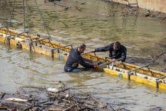 Dwa nurka instalują beton formy pracę w wodzie Zdjęcia Royalty Free