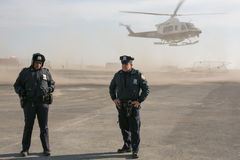Dwa NYPD funkcjonariusza policji przy śmigłowcowym lądowaniem Fotografia Royalty Free