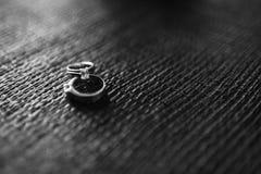 Dwa obrączki ślubnej na textured tle. Zdjęcie Royalty Free