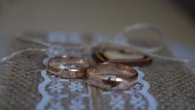 Dwa obrączki ślubnej są na stole na pięknej tkaninie z sercem zbiory