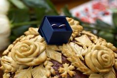 Dwa obrączki ślubnej w ładnym błękitnym pudełku z błękitnym aksamitem Zdjęcia Stock