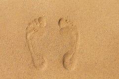 Dwa odcisku stopy w piasku na plaży Zdjęcie Royalty Free